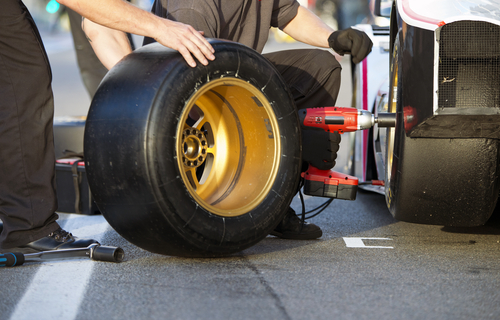 mechanics of a pit crew changing the slicks of a race car during a pitstop-img-blog